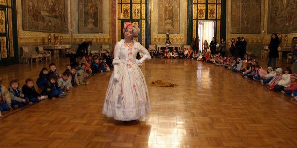 Una sala di Palazzo Reale di Napoli per il Gran Ballo a corte del teatro Le Nuvole
