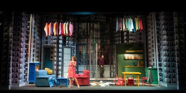 Tosca D'Aquino e Maurizio Casagrande in una scena dello spettacolo Il prigioniero della seconda strada