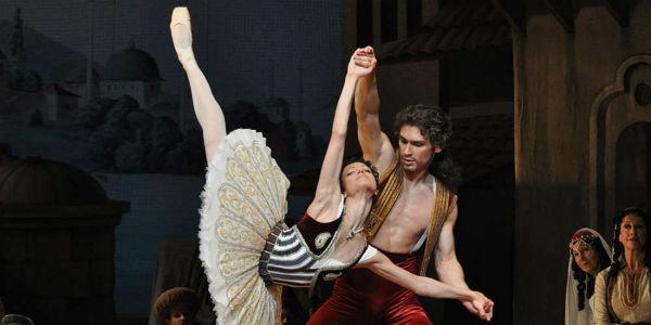 Una scena del balletto Le Corsaire in scena al Teatro San Carlo di Napoli