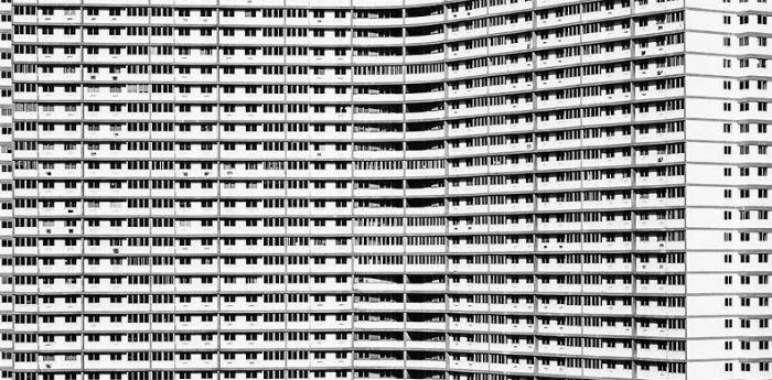 Il Focsa dell'Havana, l'edificio più alto realizzato al mondo nel XX secolo, fotografato da Ana Gloria Salvia, in mostra al Pan di Napoli