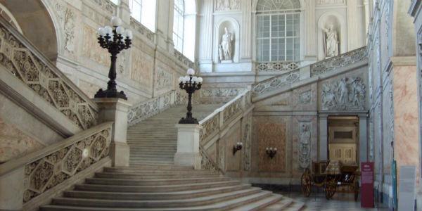 Ingresso e scalinata del palazzo reale di Napoli