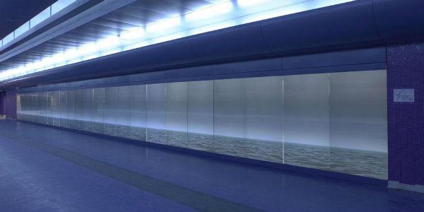 Fotografia dei pannelli luminosi di Robert Wilson nella mstazione della metro di Toledo a Napoli