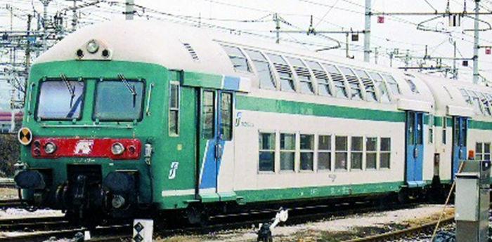 foto treno regionale napoli-salerno-torre annunziata di cui hanno cancellato le corse
