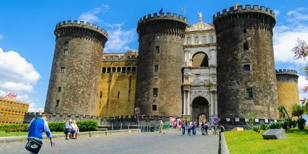 صورة لقلعة نوفو أو ماسيو أنجيوينو في نابولي