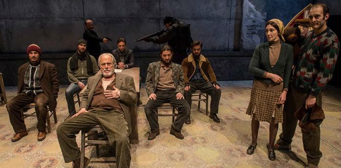 Scena tratta dallo spettacolo Educazione Siberiana al Teatro Bellini di Napoli