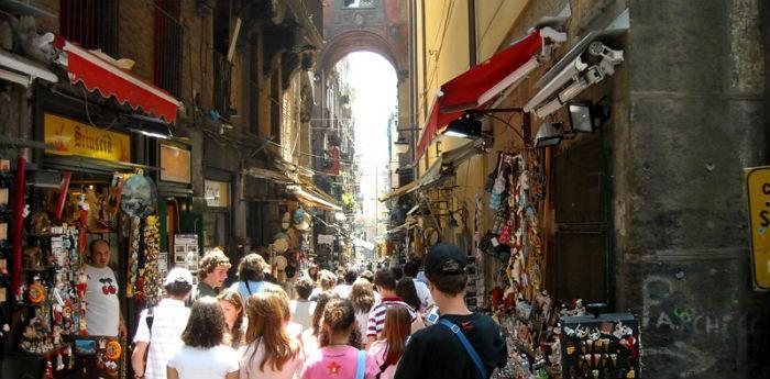 Uno dei Decumani di Napoli in occasione della Festa di Pasqua 2014