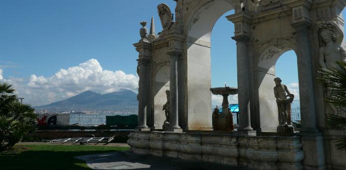 صورة لفونتانا ديل جيجانتي التي تقع عبر Partenope في نابولي
