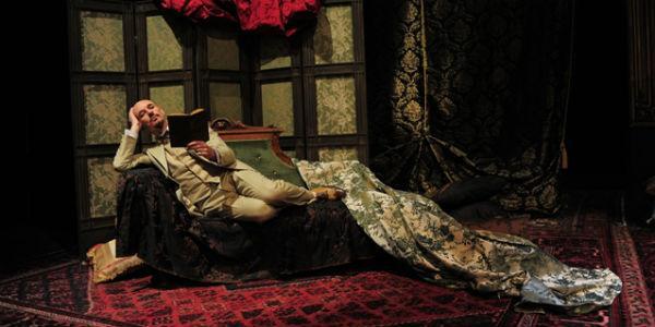 Scena dello spettacolo su Gabriele D'Annunzio al Teatro Stabile di Napoli