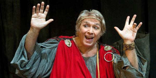 Scena dello spettacolo I Menecmi di Tato Russo al Teatro Augusteo di Napoli