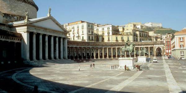 صورة ل Piazza del Plebiscito في نابولي بعد يوم ، وكنيسة سان فرانسيسكو دي باولا والأعمدة