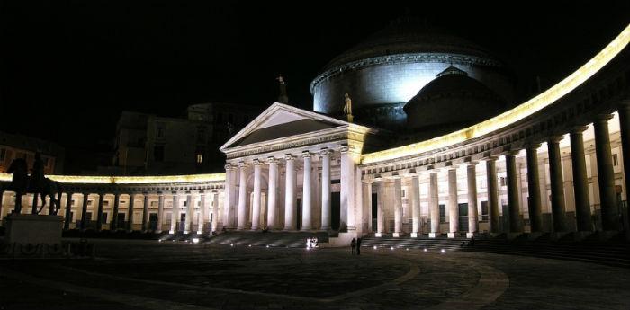 Visione notturna di Piazza del Plebiscito a Napoli