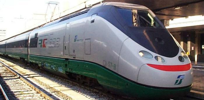 Un treno di Trenitalia fermo in stazione, sciopero treni