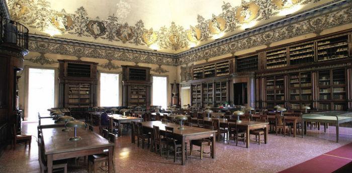 Una delle sale della Biblioteca Nazionale di Napoli, apertura straordinaria 1 maggio 2014