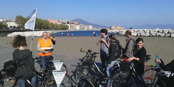 Turisti in bicicletta per I Bike Naples, ciclopasseggiate a Napoli