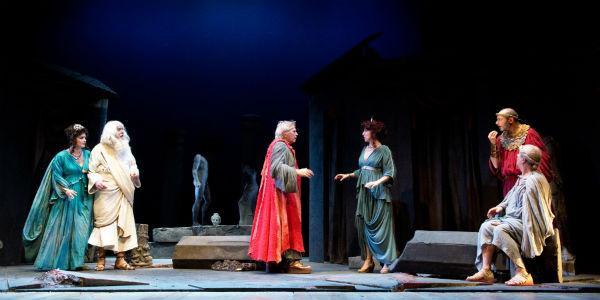 Scena dello spettacolo I Menecmi di Tato Russo in scena al Teatro Augusteo di Napoli