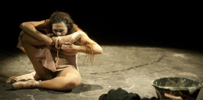 Scena dello spettacolo di Davide Iodice Mangiare e Bere Letame e morte al Piccolo Bellini di Napoli