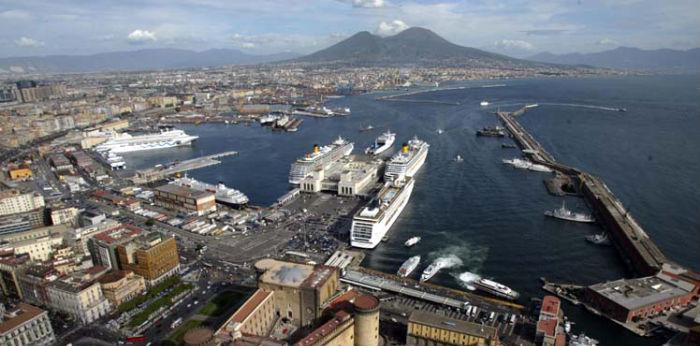naples shipping week foto del porto di napoli