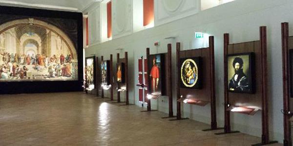 una sala della mostra impossibile alla basilica di san domenico maggiore a napoli