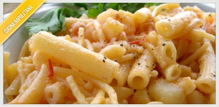 Neapolitanische Pasta und Kartoffeln mit Provola