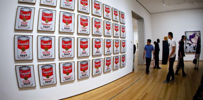Una sala della mostra su Andy Warhol al museo Pan di Napoli