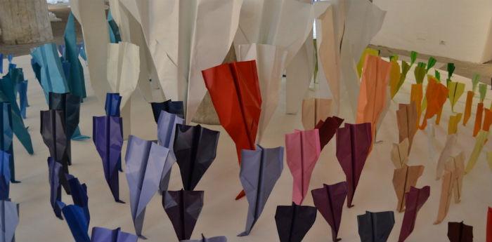Installazione aeroplanini di carta al Palazzo Reale di Napoli