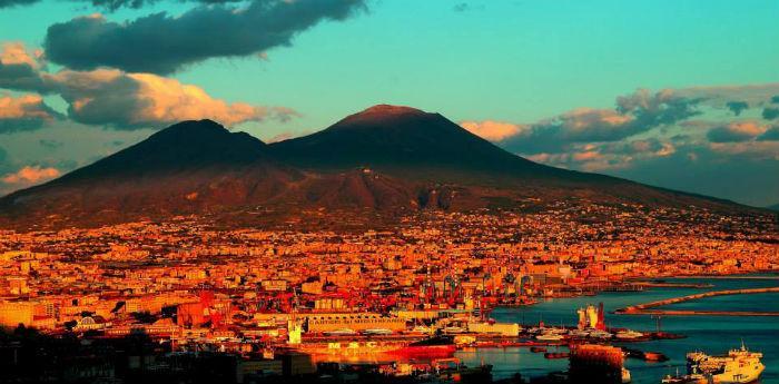 Locandina della mostra fotografica I cambi d'abito del Vesuvio di Roberta De Maddi a Napoli
