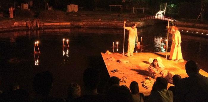 Una scena di uno spettacolo della rassegna Teatro alla Deriva alla Terme Stufe di Nerone