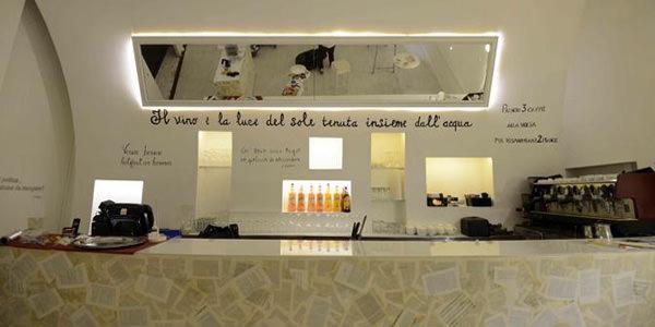 Interni del caffè letterario Sottopalco nel teatro Bellini di Napoli
