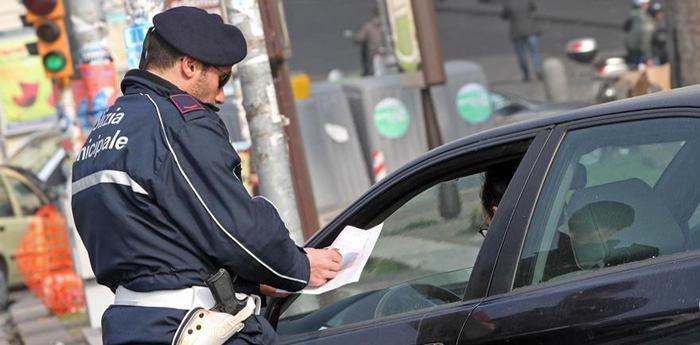 Vigile scrive una multa durante la domenica ecologica