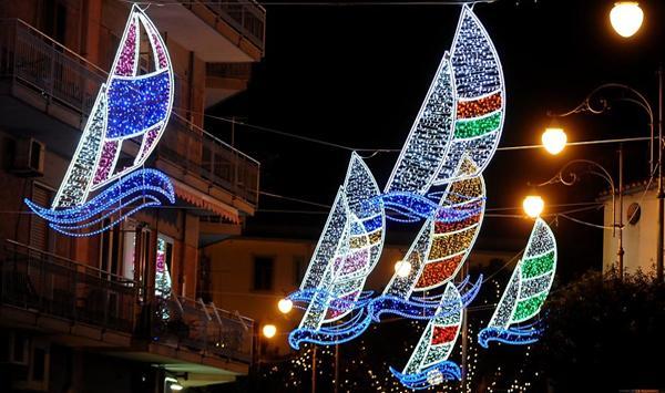 Le vele della regata nelle Luci d'Artista di Salerno