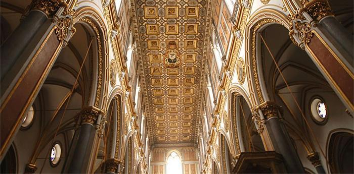 Il soffitto della chiesa di San Domenico Maggiore a Napoli
