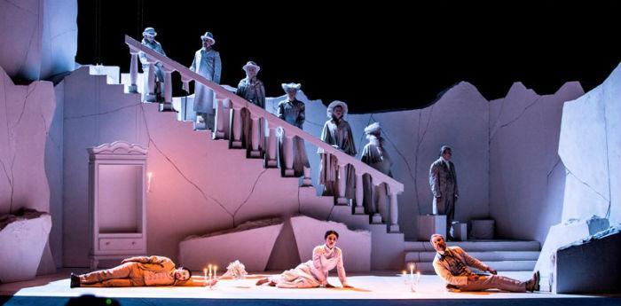 Una scena dello spettacolo Il Giardino dei Ciliegi di Luca De Fusco