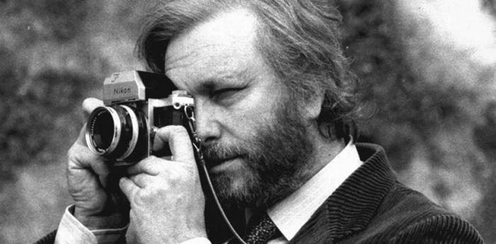 Luciano De Crescenzo con la sua Nikon