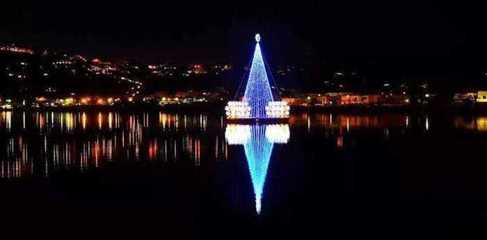 L'albero di Natale galleggiante di Bacoli
