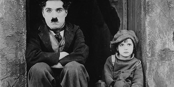 Scena del film Il Monello di Charlie Chaplin