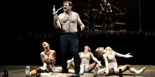 Una scena dello spettacolo Io Nessuno e Polifemo al Teatro Bellini di Napoli