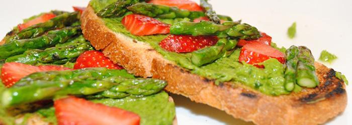 Bruschette fragole e asparagi