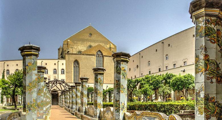 Chiostro maiolicato del Complesso monumentale di Santa Chiara