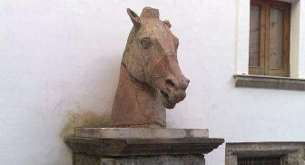 Testa del cavallo in terracotta del cortile di Palazzo Diomede Carafa a Napoli