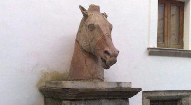 Kopf des Terrakotta-Pferdes des Hofes von Palazzo Diomede Carafa in Neapel
