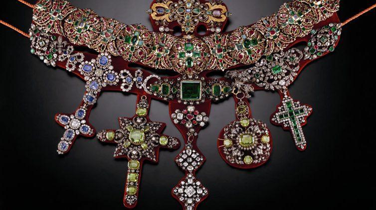 Gioiello con pietre preziose dal Museo del Tesoro di San Gennaro a Napoli