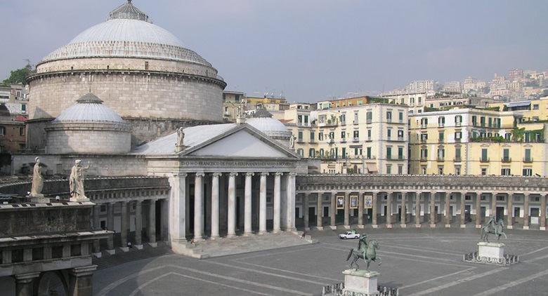 Esterno della Basilica di San Francesco di Paola a Napoli