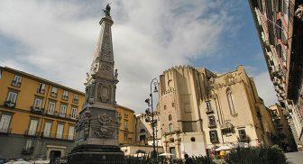 Piazza San Domenico Maggiore a Napoli
