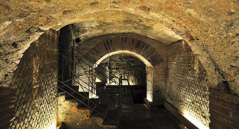 Il proscenio del teatro romano a Napoli rivestito di opus reticulatum
