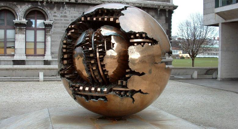 Sfera con sfera di Arnaldo Pomodoro, in mostra a Sorrento