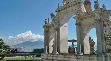 Der Brunnen des Riesen und der Immacolatella in Neapel