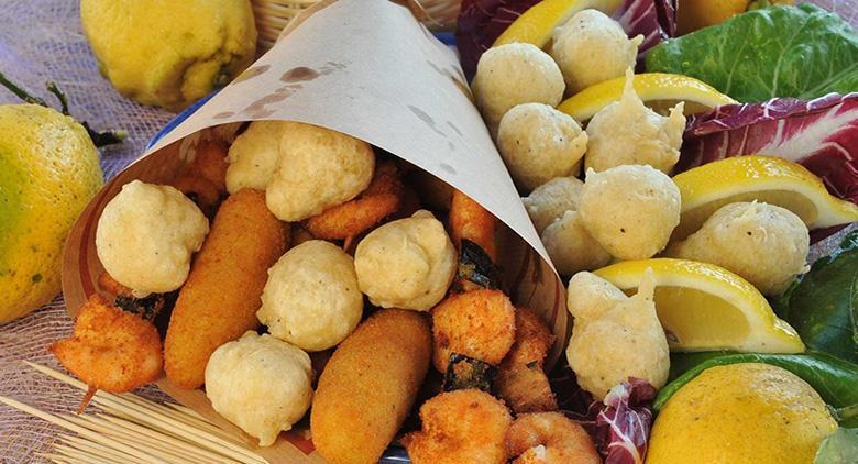 Cuoppo di cibo da strada napoletano