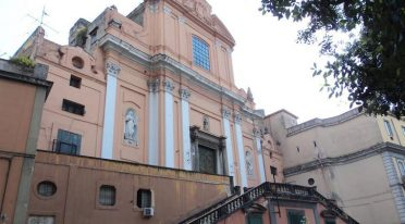 Façade extérieure de l'église Santa Teresa degli Scalzi à Naples