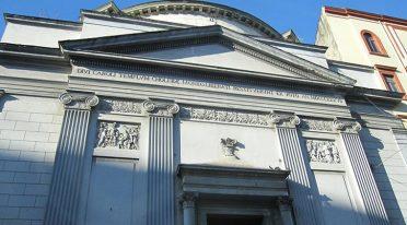 Fachada de la Iglesia de S. Carlo all'arena en Nápoles