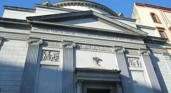 Facciata della Chiesa di S. Carlo all'arena a Napoli